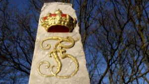Frederik 5.s kronede monogram på halvmilestenen på Roskildevej. Foto ROMU.