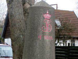 Marmormilestenenes afløser, den kegleformede stub. Denne står på Københavnsvej ved Røde Port i Roskilde. Foto ROMU.